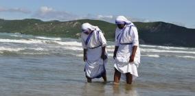 """Chodząc po pokojach widziałam anioły w biało-niebieskim sari, przemykające pomiędzy łóżkami, aby podłączyć kroplówkę, przemyć rany – krwawiące na ciele i sercu. Podchodząc do kolejnych <a class=""""mh-excerpt-more"""" href=""""https://www.zyciezakonne.pl/opinie/felietony/anioly-w-sari-10473/"""" title=""""Opowiadanie: Anioły w sari"""">[...]</a>"""