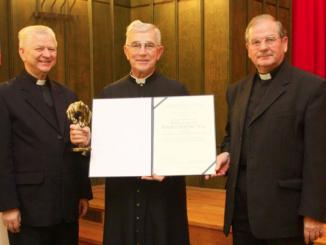 """Wyjątkowym momentem dzisiejszej (22.10) uroczystości inauguracji roku akademickiego w naszym seminarium było wręczenie naszemu współbratu, jednemu z najbardziej znanych i cenionych polskich liturgistów, ks.prof.dr.hab.Bogusławowi Nadolskiemu <a class=""""mh-excerpt-more"""" href=""""https://www.zyciezakonne.pl/wiadomosci/kraj/chrystusowcy-wreczenie-nagrody-im-ks-idziego-radziszewskiego-ks-prof-nadolskiemu-10455/"""" title=""""Chrystusowcy: Wręczenie Nagrody im. Ks. Idziego Radziszewskiego ks. prof. Nadolskiemu"""">[...]</a>"""