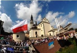 Jasną Górę nawiedziło w 2011 roku około3 mln 200 tys. pielgrzymów. W 228 ogólnopolskich pielgrzymkach wzięło udział 832 tys. 876 osób.