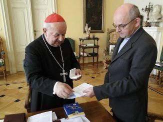 """Dnia 29 maja br., jako rektor PMK w Brazylii, zwróciłem się w imieniu katolickiej wspólnoty polonijnej z pisemną prośbą do Jego Eminencji kard. Stanisława Dziwisza, <a class=""""mh-excerpt-more"""" href=""""https://www.zyciezakonne.pl/wiadomosci/kraj/relikwie-bl-jana-pawla-ii-dla-polonii-brazylijskiej-17523/"""" title=""""Relikwie bł. Jana Pawła II dla Polonii brazylijskiej"""">[...]</a>"""