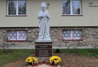 """Na pamiątkę wielokrotnych wizyt kardynała Karola Wojtyły w Rdzawce w latach 1973-1978 i jego spotkań z przebywającą tu młodzieżą oazową, przy starej plebanii, nieopodal kościoła <a class=""""mh-excerpt-more"""" href=""""https://www.zyciezakonne.pl/wiadomosci/kraj/marianie-rdzawka-rdzawianie-papiezowi-23240/"""" title=""""Marianie – Rdzawka: Rdzawianie Papieżowi"""">[...]</a>"""