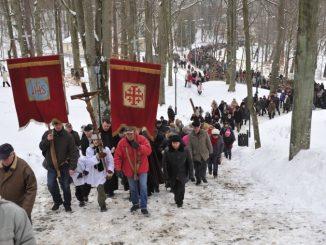 """Tradycyjnie w piątkowe popołudnia Wielkiego Postu, na świętych górach gromadzą się pielgrzymi i mieszkańcy Wejherowa, aby pójść drogą Męki i Śmierci Jezusa. Pierwszej Drodze Krzyżowej <a class=""""mh-excerpt-more"""" href=""""https://www.zyciezakonne.pl/wiadomosci/kraj/bracia-mniejsi-droga-krzyzowa-na-kalwarii-wejherowskiej-27355/"""" title=""""Bracia Mniejsi: Droga Krzyżowa na Kalwarii Wejherowskiej"""">[...]</a>"""