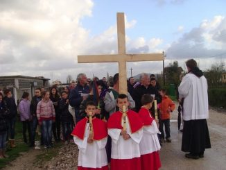 """Tradycyjne nabożeństwo Drogi Krzyżowej znane jest od wieków w Kościele Katolickim. Również w Albanii kultywowany jest od lat zwyczaj odprawiania tego nabożeństwa w okresie Wielkiego <a class=""""mh-excerpt-more"""" href=""""https://www.zyciezakonne.pl/wiadomosci/swiat/salwatorianie-albania-zjednoczeni-pod-znakiem-krzyza-28145/"""" title=""""Salwatorianie – Albania: Zjednoczeni pod znakiem Krzyża"""">[...]</a>"""