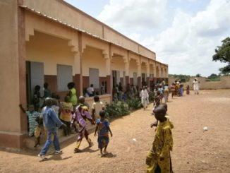 """Drodzy Przyjaciele Misji! Gorące, choć nieco deszczowe pozdrowienia z południa Mali, z misji w Kadiolo. W tym liście chcielibyśmy się zwrócić do wszystkich ludzi otwartego <a class=""""mh-excerpt-more"""" href=""""http://www.zyciezakonne.pl/wiadomosci/swiat/ojcowie-biali-budowa-szkoly-w-mali-kadiolo-32366/"""" title=""""Ojcowie Biali: Budowa szkoły w Mali – Kadiolo"""">[...]</a>"""