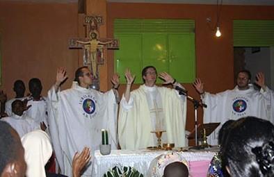 """Dzieciątko Jezus jest białe czy czarne? Uczestnicząc w Pasterce we franciszkańskiej misji w Matugga w Ugandzie można było mieć przez chwilę wątpliwości, bo o ile <a class=""""mh-excerpt-more"""" href=""""https://www.zyciezakonne.pl/wiadomosci/swiat/franciszkanie-matugga-afrykanskie-boze-narodzenie-36686/"""" title=""""Franciszkanie – Matugga: afrykańskie Boże Narodzenie"""">[...]</a>"""