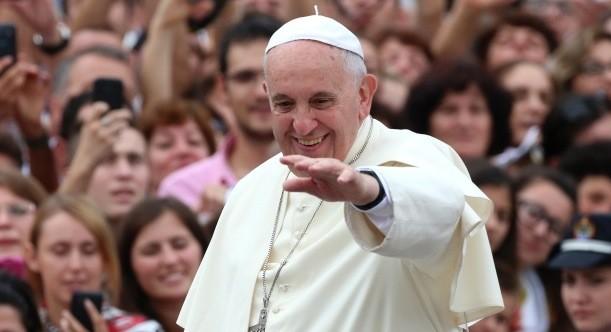 Euforia to chyba zbyt słabe słowo, by oddać eksplozję radości, która towarzyszyła w Tiranie Papieżowi po drodze z pałacu prezydenckiego na plac Matki Teresy. Franciszek w otwartym samochodzie przejechał kilkusetmetrową trasę, pozdrawiając i błogosławiąc wiernych.
