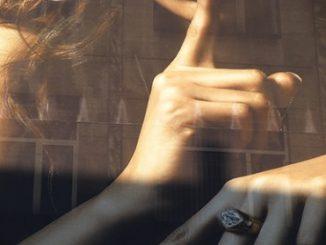 Mimo wielu pozytywnych elementów, jest dokumentem nierównym, bo przemilcza ważne kwestie: powszechną seksualizację kobiet irynek usług seksualnych.
