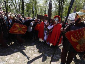 Wielki Tydzień w sanktuariach w Kalwarii Pacławskiej i w Kalwarii Zebrzydowskiej to czas Misteriów Męki Pańskiej. Przybywają na nie tłumy pielgrzymów z całego kraju.