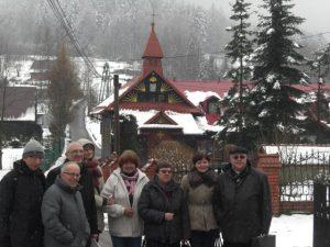 Zarząd diakonii z wicepostulatorem na tle kaplicy sw. Teresy na Siwcówce
