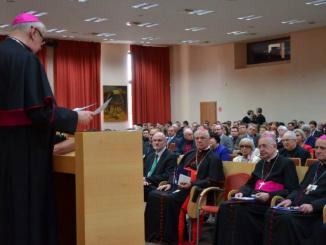 """W WSKSiM w Toruniu odbył się w dniach 29-30 maja 2015 r. Międzynarodowy Kongres """"Ewangelia Małżeństwa i Rodziny"""". Gościem szczególnym Kongresu był ks. kard. Gerhard <a class=""""mh-excerpt-more"""" href=""""http://www.zyciezakonne.pl/wiadomosci/torun-kongres-ewangelia-malzenstwa-i-rodziny-w-wsksim-50988/"""" title=""""Toruń: kongres """"Ewangelia Małżeństwa i Rodziny"""" w WSKSiM"""">[...]</a>"""