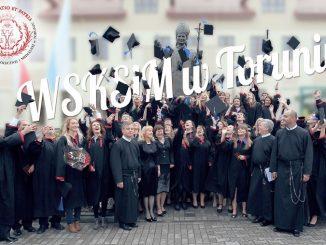 """Wyższa Szkoła Kultury Społecznej i Medialnej proponuje nowe studia magisterskie (drugiego stopnia) na kierunku dziennikarstwo i komunikacja społeczna. Wśród specjalności znalazły się: dziennikarstwo informacyjne i <a class=""""mh-excerpt-more"""" href=""""https://www.zyciezakonne.pl/wiadomosci/kraj/torun-nowy-kierunek-magisterski-na-uczelni-redemptorystow-51569/"""" title=""""Toruń: nowy kierunek magisterski na uczelni redemptorystów"""">[...]</a>"""