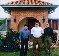 Ks. Brzuszek (w środku) ze współbraćmi, fot. archiwum księży michalitów