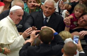 Papież wita się z wiernymi w czasie audiencji ogólnej - ANSA