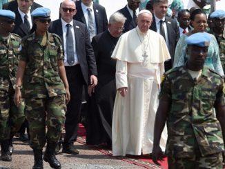 Dzisiaj rano Franciszek przybył do odległego 4 kilometry od nuncjatury centralnego meczetu w Bangi. Oczekiwało w nim na niego około 200 osób.