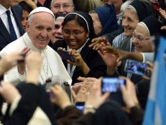 """Tysiące zakonnic i zakonników, obchodzących na zakończenie Roku Życia Konsekrowanego swój Jubileusz Miłosierdzia, przybyło dziś na Watykan, wypełniając Aulę Pawła VI. W odpowiedzi na ich <a class=""""mh-excerpt-more"""" href=""""https://www.zyciezakonne.pl/wiadomosci/swiat/papiez-do-osob-konsekrowanych-jezus-wzorem-posluszenstwa-56478/"""" title=""""Papież do osób konsekrowanych: Jezus wzorem posłuszeństwa"""">[...]</a>"""