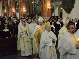 """""""Bądźcie znakiem Bożej chwały w świecie"""" – powiedział biskup legnicki Zbigniew Kiernikowski do osób konsekrowanych, podczas obchodów święta Ofiarowania Pańskiego."""