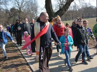 Poniedziałek Wielkanocny, zgodnie z utartą, można już powiedzieć, tradycją, dla wiernych z obu parafii pakoskich, to czas wyjątkowego odpustu organizowanego z myślą o dzieciach.