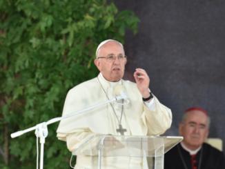 """""""Skąd bierze się w świecie głód? Nie z braku chleba, lecz z braku solidarności"""" – usłyszeli uczestnicy Drogi Krzyżowej z papieżem Franciszkiem na krakowskich Błoniach."""