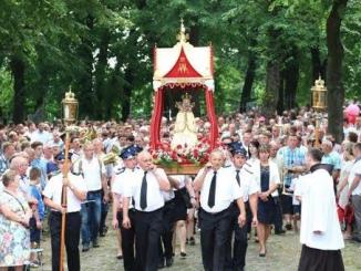 """W niedzielę 24 lipca na Górze św. Anny w Międzynarodowym Sanktuarium św. Anny Matki NMP odbył się odpust. Tradycyjnie od samego rana przychodziły piesze pielgrzymki <a class=""""mh-excerpt-more"""" href=""""https://www.zyciezakonne.pl/wiadomosci/bracia-mniejsi-odpust-na-gorze-sw-anny-62462/"""" title=""""Bracia Mniejsi: Odpust na Górze Św. Anny"""">[...]</a>"""