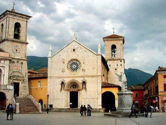 """Poczynając od pierwszego tragicznego trzęsienia ziemi w minioną środę 24 sierpnia o godz. 3:36 we Włoszech odnotowano ponad 2200 wstrząsów wtórnych. Niektóre były bardzo silne. <a class=""""mh-excerpt-more"""" href=""""http://www.zyciezakonne.pl/wiadomosci/swiat/nursja-powaznie-uszkodzona-bazylika-sw-benedykta-63018/"""" title=""""Nursja: poważnie uszkodzona bazylika św. Benedykta"""">[...]</a>"""