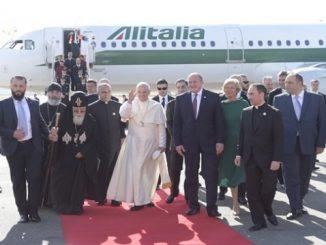 """Samolot włoskich linii lotniczych """"Alitalia"""" A321 z Papieżem Franciszkiem na pokładzie wylądował o godz. 14.55 na Międzynarodowym Lotnisku w Tbilisi. Na Ojca Świętego czekali już <a class=""""mh-excerpt-more"""" href=""""http://www.zyciezakonne.pl/wiadomosci/swiat/papiez-wyladowal-w-tbilisi-63639/"""" title=""""Papież wylądował w Tbilisi"""">[...]</a>"""