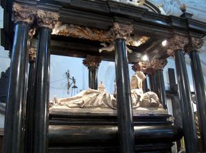 Trzebnica - Kościół św. Jadwigi i św. Bartłomieja - grobowiec św.Jadwigi.