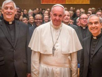 Dziś rano Papież Franciszek udał się do Kurii Generalnej Towarzystwa Jezusowego, którego sam jest członkiem, aby odwiedzić swoich współbraci zakonnych zebranych na 36. Kongregacji Generalnej.