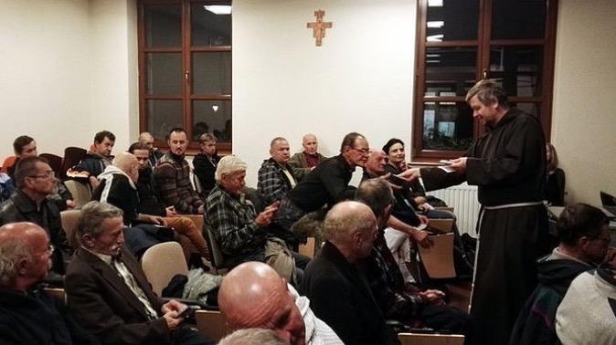 """Po ludzku posiadają niewiele – stracili nawet swój dom. Ale papież Franciszek nie zapomniał o ubogich i osobiście zaprosił ich do Rzymu. 9 listopada 35 <a class=""""mh-excerpt-more"""" href=""""http://www.zyciezakonne.pl/wiadomosci/kraj/bezdomni-krakowa-jada-spotkanie-papiezem-64584/"""" title=""""Bezdomni z Krakowa jadą na spotkanie z Papieżem"""">[...]</a>"""