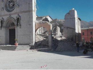 """Poranne trzęsienie ziemi rzuciło Włochów na kolana. Potężny wstrząs był odczuwalny i to niekiedy bardzo silnie na niemal całym Półwyspie Apenińskim aż do Wenecji. Było <a class=""""mh-excerpt-more"""" href=""""http://www.zyciezakonne.pl/wiadomosci/swiat/nursja-ugodzona-serce-juz-bazyliki-benedyktyni-ulicy-64656/"""" title=""""Nursja ugodzona w serce, nie ma już bazyliki, benedyktyni na ulicy"""">[...]</a>"""