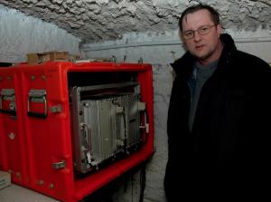 dr Paweł Wiejacz, który przez kilka lat nadzorował działanie stacji - obok komputer przetwarzający dane z sejsmografu - fot. J. Michno OFMConv