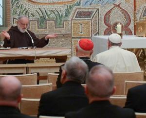 Papież na kazaniu o. Cantalamessy - AP