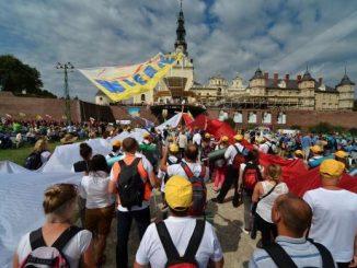 1. Jasną Górę nawiedziło w 2016 roku około 4 mln 500 tys. pielgrzymów. 2. W233ogólnopolskich pielgrzymkach wzięło udział 1 mln 325 tys. osób.