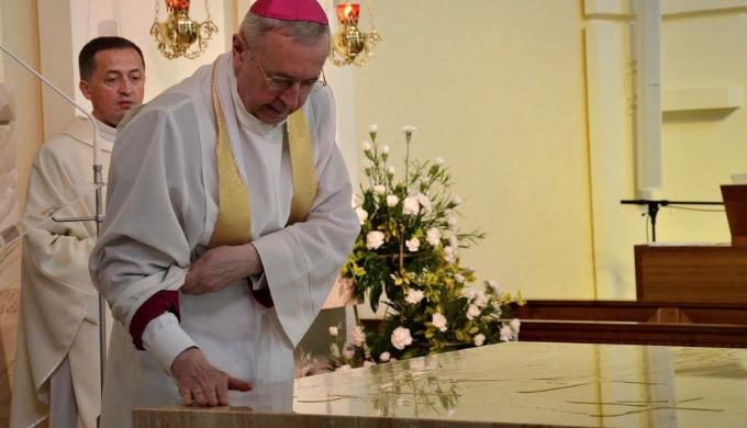 Przewodniczący Konferencji Episkopatu Polski i metropolita poznański abp Stanisław Gądecki poświęcił ołtarz w odnowionej kaplicy domu prowincjalnego poznańskich oblatów.