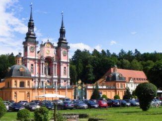 """Święta Lipka to sławne sanktuarium maryjne. Leży na północnym krańcu Polski, w odległości około 70 kilometr6w na północny wschód od Olsztyna i 6 kilometr6w na <a class=""""mh-excerpt-more"""" href=""""http://www.zyciezakonne.pl/wiadomosci/kraj/swieta-lipka-jezuickie-sanktuarium-pw-nawiedzenia-69122/"""" title=""""Święta Lipka – jezuickie sanktuarium pw. Nawiedzenia"""">[...]</a>"""