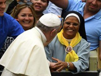 """Papież zachęca afrykańskie zakonnice, by pogłębiały wzajemne więzi przyjaźni i w ten sposób dawały wobec świata i Kościoła bardziej przekonujące świadectwo oraz zjednoczyły się w <a class=""""mh-excerpt-more"""" href=""""https://www.zyciezakonne.pl/wiadomosci/swiat/papiez-afrykanskich-zakonnic-71400/"""" title=""""Papież do afrykańskich zakonnic"""">[...]</a>"""