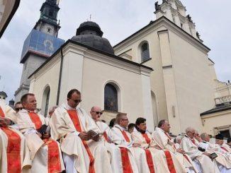 Do duchowej przemiany wezwał w sobotę prymas Polski abp Wojciech Polak podczas uroczystej mszy w ramach głównych obchodów 300-lecia koronacji jasnogórskiego obrazu Matki Bożej Częstochowskiej.