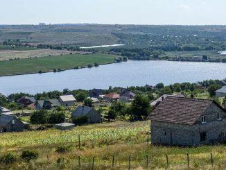 """Gdy Pan Bóg rozdzielał między ludzi Ziemię, Mołdawianka się spóźniła, więc Pan Bóg powiedział jej: """"Weź sobie kawałek raju""""."""