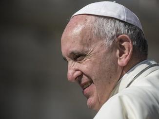 """Dwutygodnik włoskich jezuitów """"La Civiltà Cattolica"""" uważa, że nie ma potrzeby stawania w obronie papieża, gdy jest obiektem krytyki, ani atakowania jego oszczerców."""