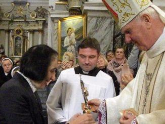 Pani doktor Joanna Emmanuela Molla,córka św. Joanny Beretty Molla, podarowała sanktuarium Strażniczki Wiary Świętej wBardzie relikwie swej św.mamy, tj. włosy Świętej.