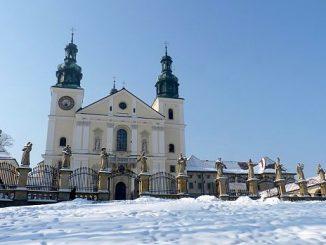 Budowę jednej z największych w Polsce szopek bożonarodzeniowych zakończyli bernardyni w sanktuarium w Kalwarii Zebrzydowskiej.