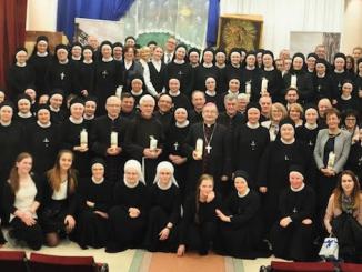 Zgromadzenie Sióstr Opatrzności Bożej założyła Sługa Boża Matka Antonina Mirska. Dzień złożenia przez nią ślubów zakonnych (8 grudnia 1857 r.) uważany jest za początek Zgromadzenia.