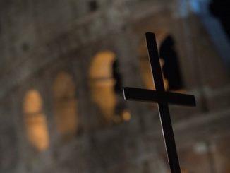 """Piętnaścioro młodych ludzi – 12 dziewcząt i 3 chłopców, rzymskich licealistów i studentów na prośbę Papieża przygotowało tegoroczne rozważania Drogi Krzyżowej odprawianej w Wielki Piątek <a class=""""mh-excerpt-more"""" href=""""http://www.zyciezakonne.pl/wiadomosci/swiat/droga-krzyzowa-w-koloseum-mlodzi-dziela-sie-swym-doswiadczeniem-75718/"""" title=""""Droga Krzyżowa w Koloseum: młodzi dzielą się swym doświadczeniem"""">[...]</a>"""