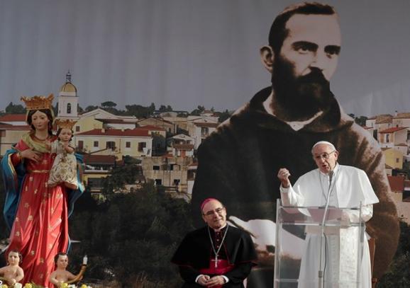 """""""Ten pokorny kapucyn zadziwił świat swym życiem całkowicie poświęconym modlitwie i słuchaniu braci, na których cierpienie wylewał balsam miłości Chrystusa"""" – mówił Papież na początku <a class=""""mh-excerpt-more"""" href=""""http://www.zyciezakonne.pl/wiadomosci/swiat/franciszek-w-pietrelcinie-kochaj-jezusa-i-mu-ufaj-tak-jak-ojciec-pio-75463/"""" title=""""Franciszek w Pietrelcinie: kochaj Jezusa i Mu ufaj, tak jak ojciec Pio"""">[...]</a>"""