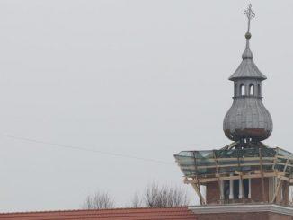"""Rozpoczął się remont wieży kościoła w Stadnikach. Przy okazji znaleźono tzw. """"kapsułę czasu"""" złożoną tam dokładnie 70 lat temu."""