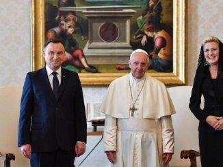 """Prezydent zwrócił uwagę na główny motyw swej wizyty w Watykanie, jakim jest 40-lecie wyboru Jana Pawła II na Stolicę Piotrową. Rozmawiano o przyszłości Unii Europejskiej, <a class=""""mh-excerpt-more"""" href=""""https://www.zyciezakonne.pl/wiadomosci/swiat/andrzej-duda-u-papieza-na-40-lecie-jana-pawla-ii-79608/"""" title=""""Andrzej Duda u Papieża na 40-lecie Jana Pawła II"""">[...]</a>"""