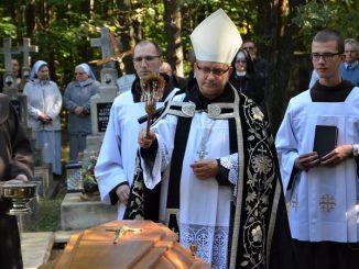 Sobotni poranek dnia 6 października był czasem ostatniej drogi zmarłego przed dwoma dniami o. Anzelma Wiatra, oddanego w swej posłudze kapłana.