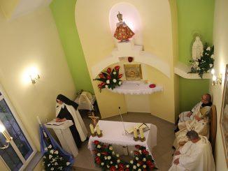 """Pokornie prośmy Boga, abyśmy pamiętali, że my sami, zgromadzeni w jednej wierze i miłości, jesteśmy żywym Kościołem, ustanowionym na świecie jako znak tej miłości, którą <a class=""""mh-excerpt-more"""" href=""""https://www.zyciezakonne.pl/wiadomosci/kraj/poswiecenie-kaplicy-domu-zgromadzenia-siostr-karmelitanek-od-dzieciatka-jezus-w-niegowici-81552/"""" title=""""Poświęcenie kaplicy Domu Zgromadzenia Sióstr Karmelitanek od Dzieciątka Jezus w Niegowici"""">[...]</a>"""