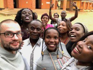 """Uganda. """"Perła Afryki"""". Piękni ludzie, miejsca i wydarzenia. Jeszcze do tego Sanktuarium Ugandyjskich Męczenników w Kampala-Munyonyo. Franciszkanie. Służba. Świąteczny czas. Da się to wszystko jakoś <a class=""""mh-excerpt-more"""" href=""""https://www.zyciezakonne.pl/wiadomosci/swiat/franciszkanie-swiatecznie-w-munyonyo-82677/"""" title=""""Franciszkanie. Świątecznie w Munyonyo"""">[...]</a>"""