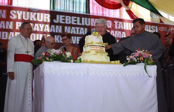 Pierwsi trzej misjonarze franciszkańscy, konwentualni, przybyli na Sumatrę 6 lutego 1968 roku.
