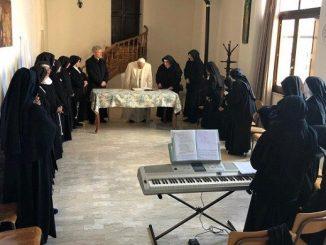 """Papież Franciszek opuścił wczoraj potajemnie Watykan i udał się z niezapowiedzianą wizytą do klasztoru sióstr klarysek w Spello. Jest on położony 10 km na południe <a class=""""mh-excerpt-more"""" href=""""https://www.zyciezakonne.pl/wiadomosci/swiat/papiez-u-klarysek-z-prosba-o-modlitwe-82218/"""" title=""""Papież u klarysek z prośbą o modlitwę"""">[...]</a>"""